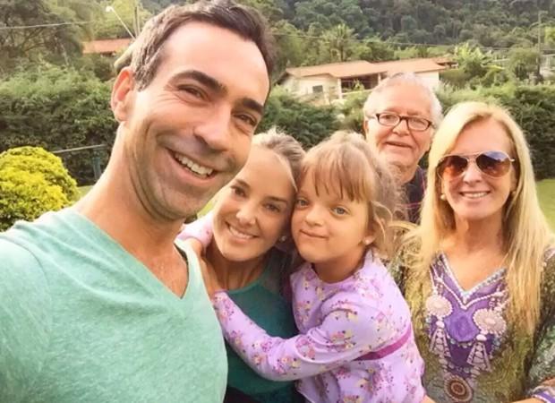 Jornalista posa com a família da namorada (Foto: Reprodução/Instagram)