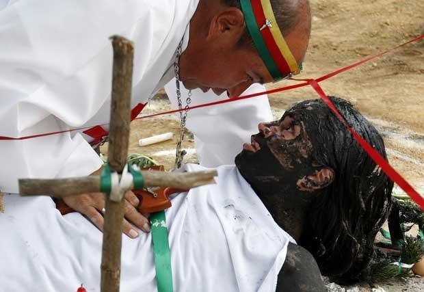 Hermes Cifuentes, o 'Irmão Hermes' pratica exorcismo em Gisela Marulanda, 23 (Foto: Reuters)