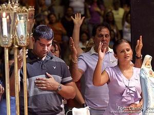 Miguel Weber e Micarla de Sousa rezam juntos em evento da igreja católica (Foto: Canindé Soares/G1)