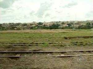 A linha férrea atual passa pelo Centro de Itapetininga. (Foto: Reprodução/TV Tem)