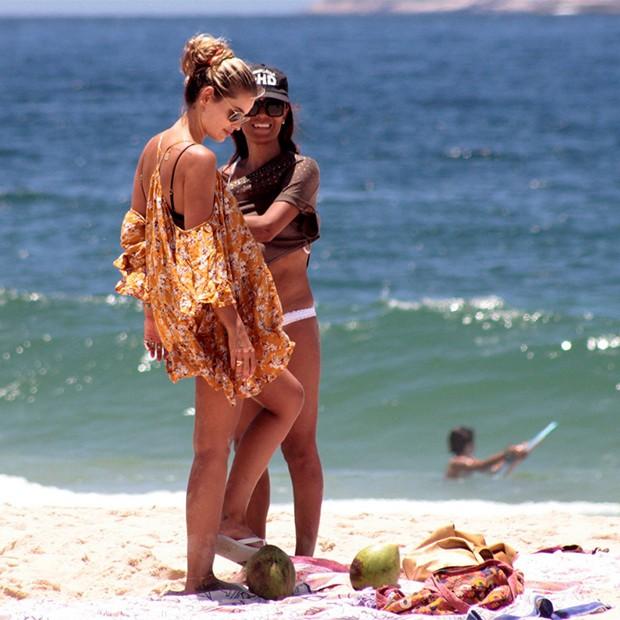 Yasmin Brunet na Praia de Ipanema com amiga, no Rio de janeiro (Foto: AgNews)