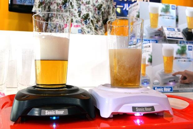 Aparelho da Tomy que cria colarinho artificialmente na cerveja é exibido nesta quinta-feira (13) em feira em Tóquio (Foto: Yoshikazu Tsuno/AFP )