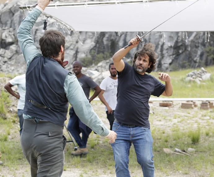 O diretor geral Pedro Vasconcelos orienta Emilio Dantas na esgrima (Foto: Fábio Rocha/Gshow)