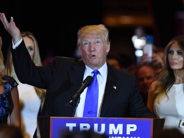 Ao lado de sua mulher, Melania (direita) e da filha Ivanka, Donald Trump discursa em Nova York após sua vitória nas primárias republicanas de Indiana, na terça (3) (Foto: Jewel Samad/AFP)