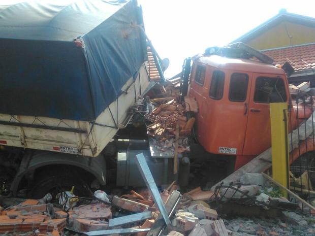 Caminhão estava com o motor ligado quando desceu rua (Foto: Divulgação/PM)