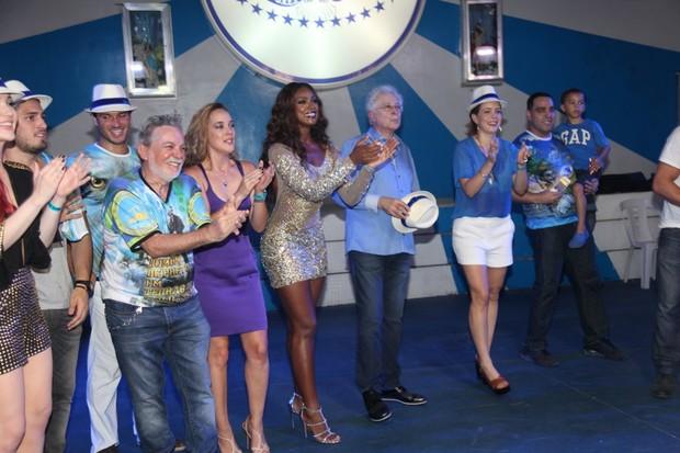 Aguinaldo Silva e atores de Império na quadra da Portela na Zona Norte do Rio (Foto: Claudio Andrade/ Foto Rio News)