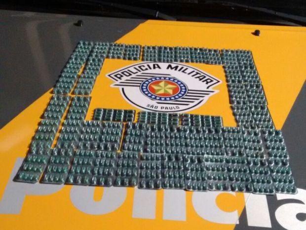 Foram apreendidas 50 cartelas de comprimidos emagrecedores. (Foto: Divulgação / Polícia Rodoviária)