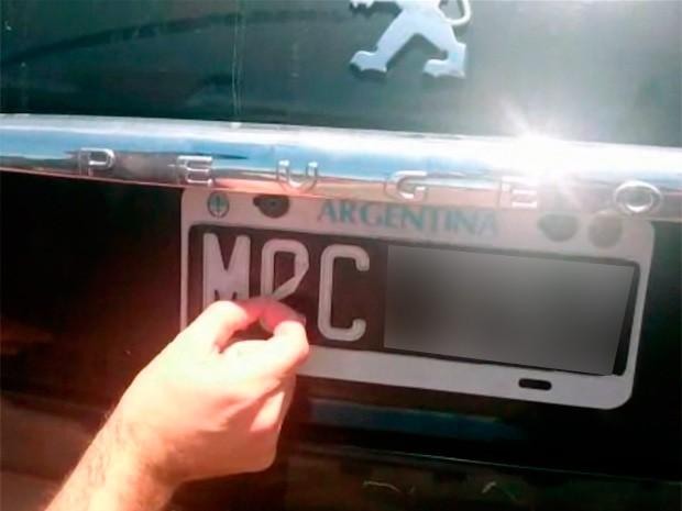 Carro argentino teve placas alteradas para escapar da fiscalização e foi flagrado no RS pela PRF (Foto: Reprodução/PRF)