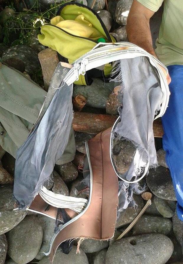 Mala foi encontrada no mesmo local em que destroço de avião foi achado na Ilha de Reunião, em Madagascar (Foto: Linfo.re/Antenne Réunion/AFP)