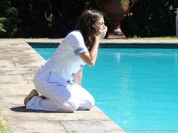 Márcia fica desesperada ao ver que Cristiano caiu na piscina (Foto: Amor à Vida/ TV Globo)