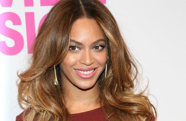Beyoncé parece ter fixação com a cor branca. Ela exige que seus closets sejam sempre brancos, assim como as louças em que suas refeições são servidas. A temperatura do quarto deve ser sempre de 22ºC, o papel higiênico tem de ser vermelho e toda a equipe de apoio da estrela tem de usar roupas 100% de algodão. (Foto: Getty Images)