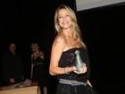 Grávida, Luana Piovani ganha prêmio em São Paulo