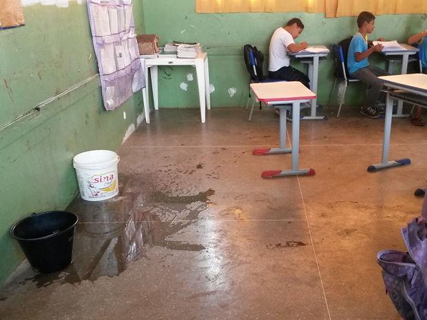 Baldes são espalhados nas salas e água é jogada para refrescar o ambiente (Foto: Assessoria/Escola Municipal Professora Ana Teresa Arcos Krause)