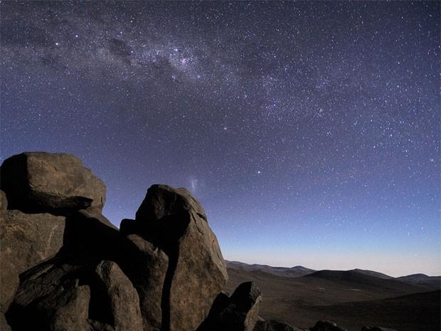 Por seu clima seco, o Deserto do Atacama é o lugar ideal para observar o céu, mesmo a olho nu. Agências locais oferecem passeios astrnômicos noturnos (Foto: Divulgação ESO)
