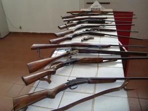 Armas foram apreendidas na tarde desta sexta-feira na zona rural de Guanhães. (Foto: Divulgação/PM)