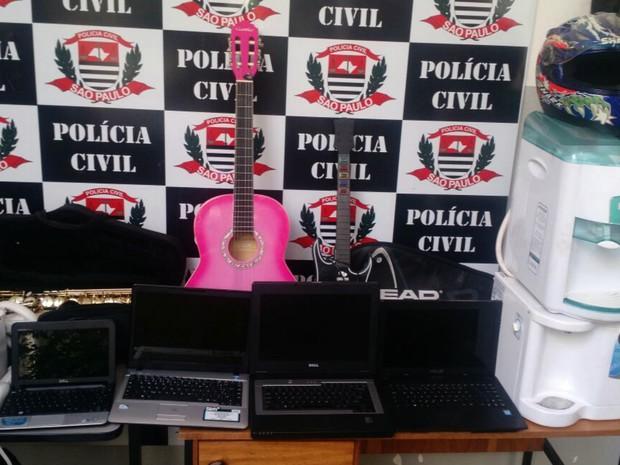 Polícia Civil apreendeu notebooks, videogames, instrumentos musicais e bebedouro roubados (Foto: Polícia Civil/Divulgação)