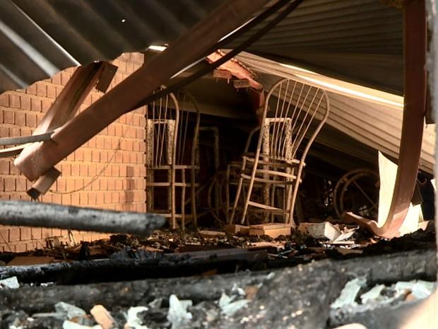 Teto de pizzaria desabou após incêndio em Cosmópolis (Foto: Reprodução/EPTV)