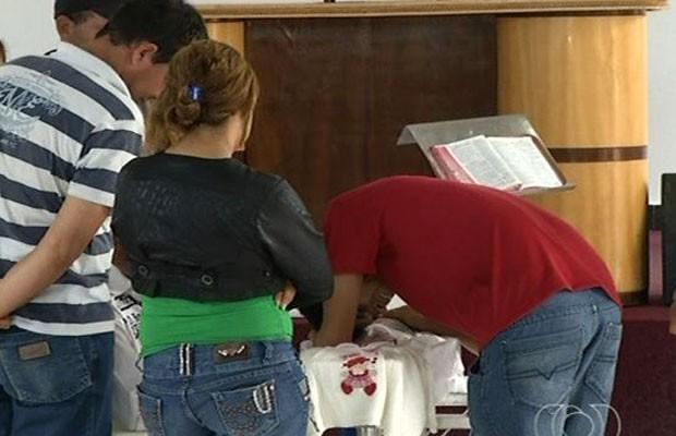 Bebê que morreu após injeção em Anápolis foi enterrado em Goianápolis, Goiás (Foto: Reprodução/TV Anhanguera)