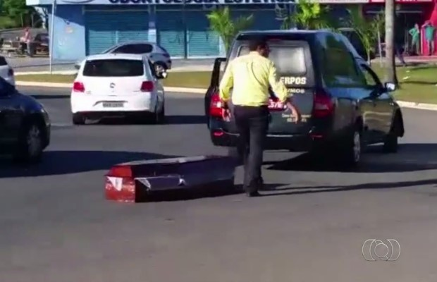 Caixão cai no meio de avenida em Goiânia, Goiás (Foto: Reprodução/ TV Anhanguera)