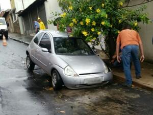 Carro afundou em buraco na quadra 2 da rua Silva Jardim, em Bauru (Foto: Divulgação/Emdurb)