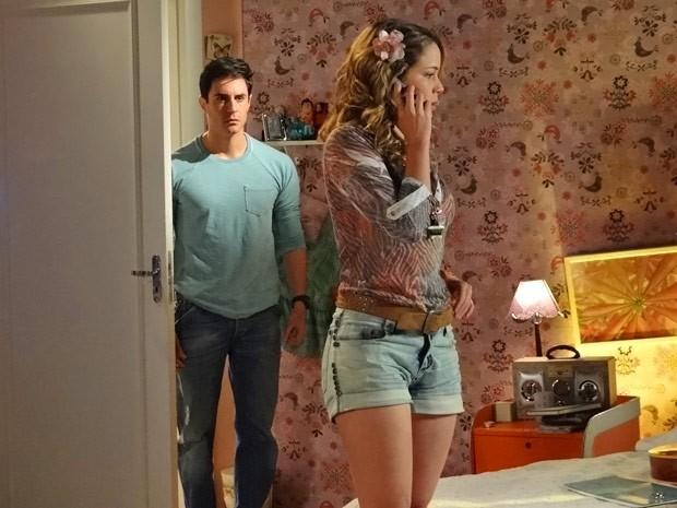 Inácio entra no quarto de Rosário e encontra sua gata no maior papo com Fabian (Foto: Cheias de Charme/ TV Globo)