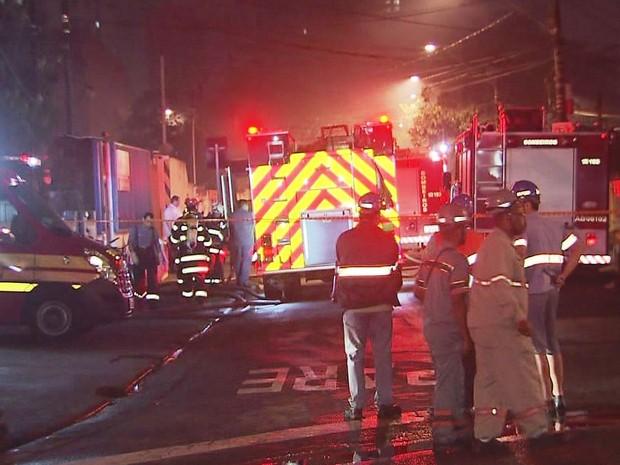 Bombeiros foram ao local para conter o incêndio (Foto: Reprodução/TV Tribuna)