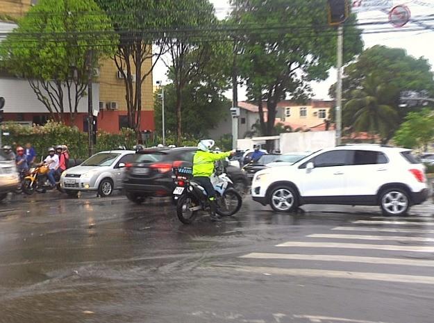 Motoristas tiveram dificuldades para trafegar entre as avenidas Pontes Vieira e Desembargador Moreira, no Bairro Dionísio Torres. (Foto: Leandro Silva/TV Verdes Mares)