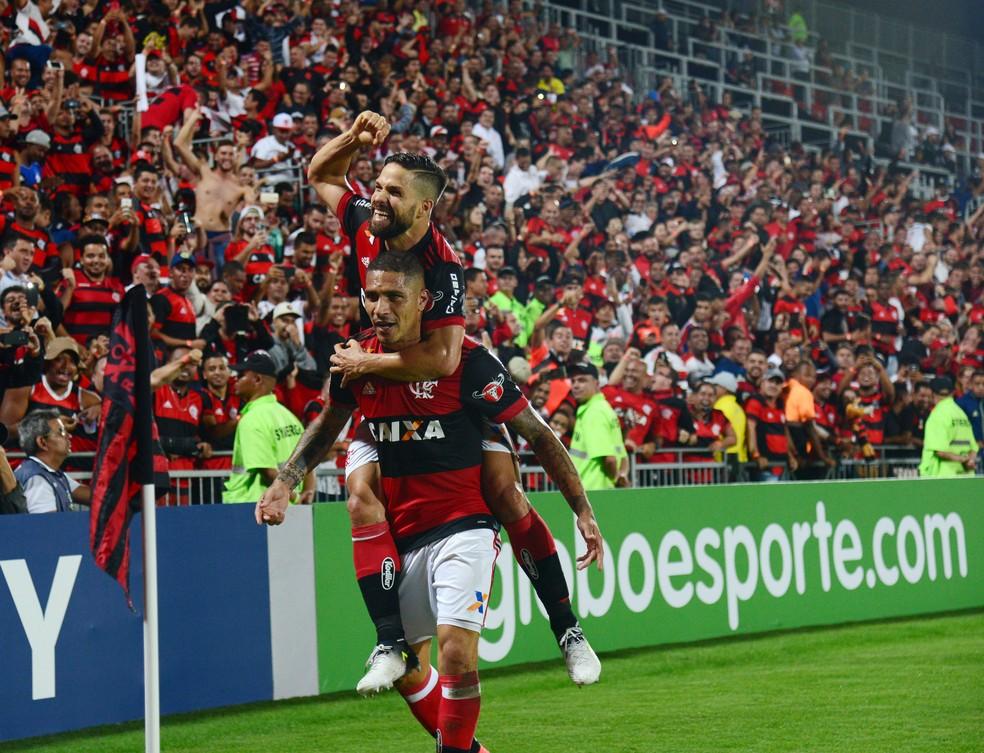 Diego e Guerrero comemoram gol do Flamengo (Foto: André Durão)