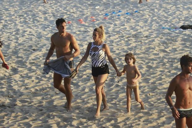 Danielle Winits com o filho, Noah, e o namorado (Foto: Dilson Silva / AgNews)