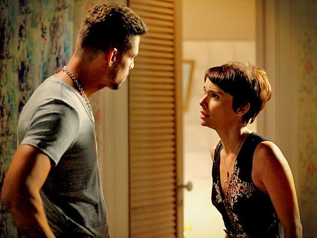 Jorginho diz que vai ficar ao lado dela, mas Nina se recusa a abrir o jogo (Foto: Avenida Brasil/ TV Globo)