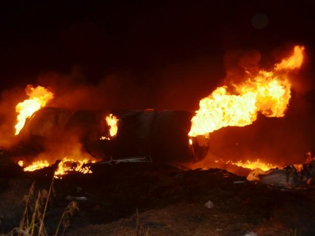 Carretas explodiram após colisão na MS-306 em Costa Rica (Foto: Igor Santana/ Costa Rica em Foco)