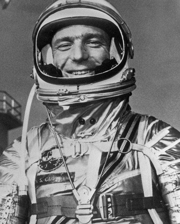 Imagem de arquivo mostra o astronauta americano com trajes espaciais em maio de 1962 (Foto: Arquivo/Ria Novosti/AFP)