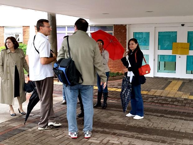 Funcionários da Unicamp chegam para o trabalho e encontram o prédio da reitoria ocupado (Foto: Marcelo Carvalho/G1)