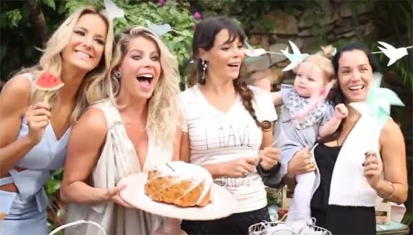 Karina Bacchi convida amigas famosas para piquenique de revelação do sexo de bebê (Foto: Reprodução / YouTube)
