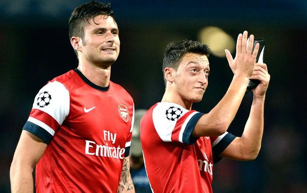 Giroud e ozil comemoração Arsenal (Foto: Agência Reuters)