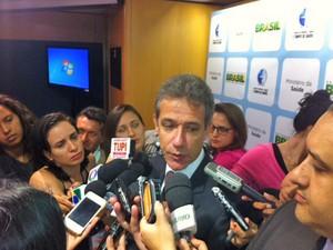 O ministro da Saúde, Arthur Chioro, divulga balanço sobre casos de dengue no país (Foto: Filipe Matoso / G1)
