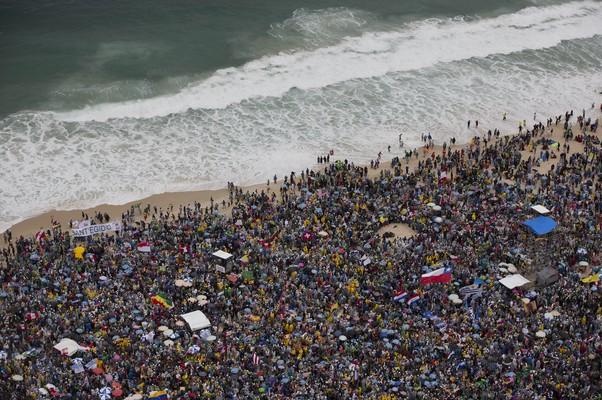 Fiéis aguardam nas areias da Praia de Copacabana a chegada de Francisco para a a Festa de Acolhida aos jovens peregrinos (Foto: AP Photo / Felipe Dana)