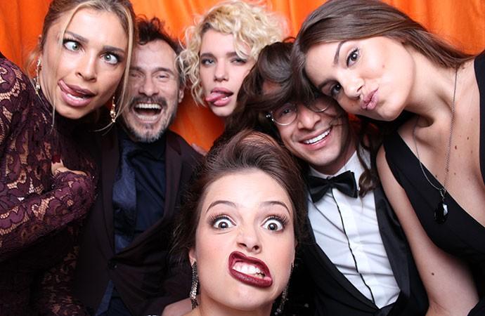 Grazi, Camila Queiroz, Agatha Moreira, Bruna Linzmeyer, Rainer Cadete e Enrique Diaz fazem careta na cabine (Foto: Gshow)