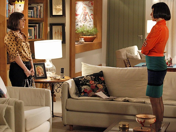 Melissa encontra uma forma de impedir que Regina abra a boca (Foto: Amor Eterno Amor/TV Globo)