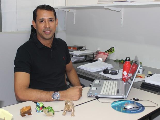Gerardo Magela começou a pesquisar os sapos há quatro anos (Foto: Gustavo Almeida/G1)