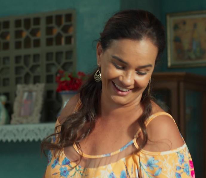Dona Vanda vai com tudo pra cima de Alina: 'Você faxinou com tanto capricho, que a partir de agora aqui é seu território' (Foto: TV Globo)