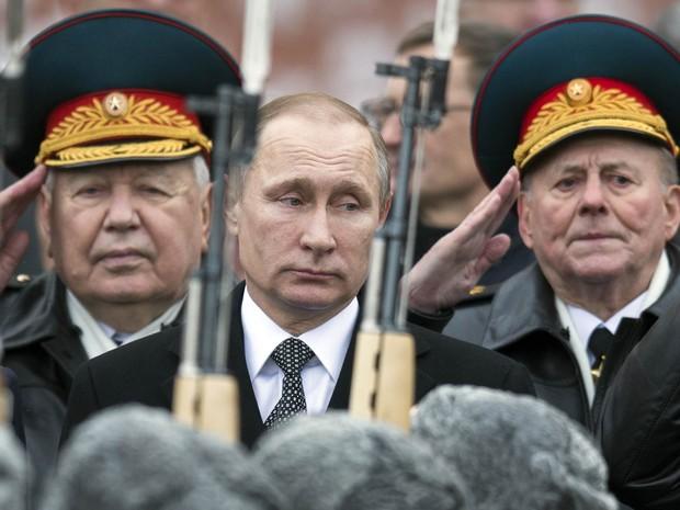 O presidente da Rússia, Vladimir Putin, participa de cerimônia diante do Túmulo do Soldado Desconhecido em Moscou (Foto: Pavel Golovkin/AP)