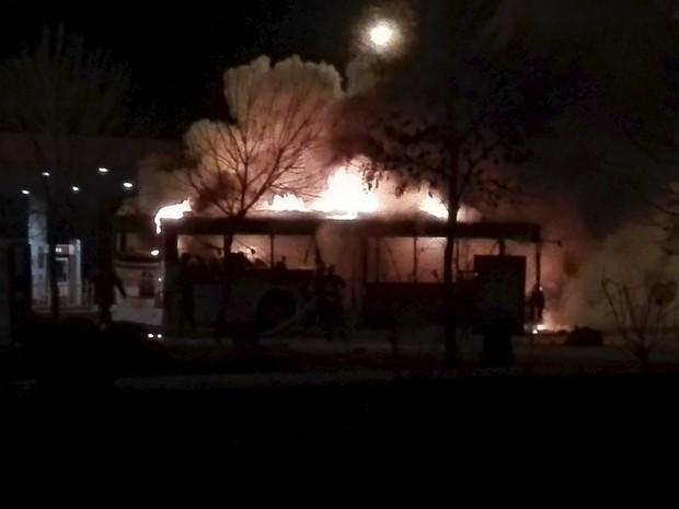 Imagem mostra ônibus em chamas na praça de Yinchuan, na China, nesta terça-feira (5) (Foto: Stringer/Reuters)