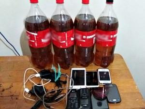 Whisky e celulares foram encontrados em banheiro do lado de fora da unidade  (Foto: Divulgação/Iapen-AC)
