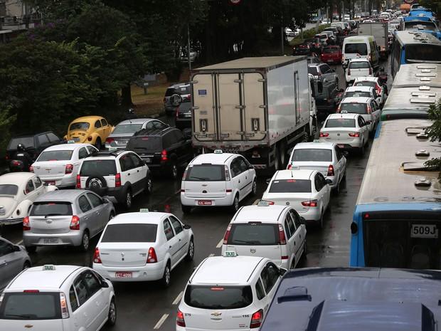 SP trânsito chuva Avenida Washington Luís (Foto: Renato S. Cerqueira/Futura Press/Estadão Conteúdo)