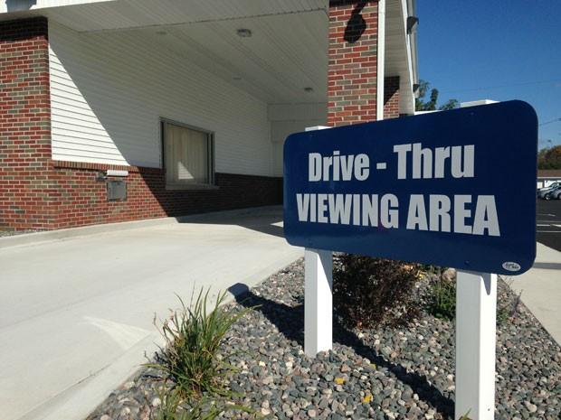 Drive-thru foi criado por funerária de Saginaw, em Michigan (Foto: Mike Householder/AP)