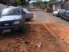 Caminhão de empresa de tapa-buracos é 'engolido' por cratera