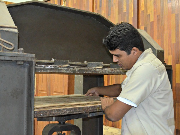 Para a fabricação do compensado, bambu é prensado ao menos duas vezes (Foto: Caio Fulgêncio/G1)