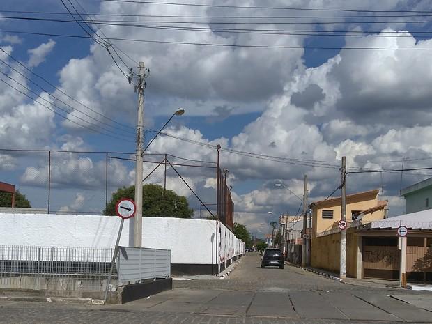 Campo de futebol toma espaço de calçada no Parque Maria Helena, em Suzano, dizem moradores (Foto: Carlos Antônio dos Santos/VC no G1)