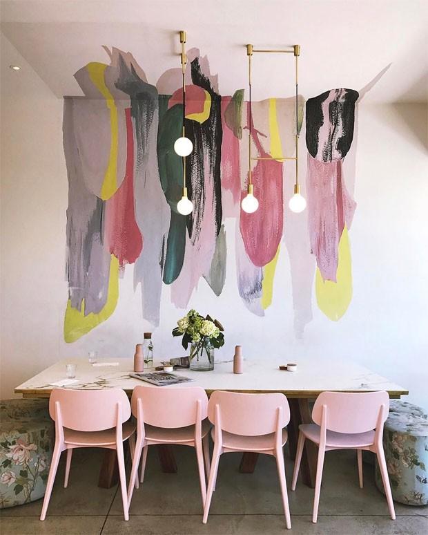 Décor do dia: sala de jantar rosa com pintura artsy (Foto: reprodução)